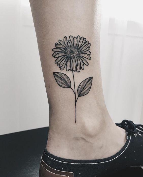 tatuagem canela feminina flor simples