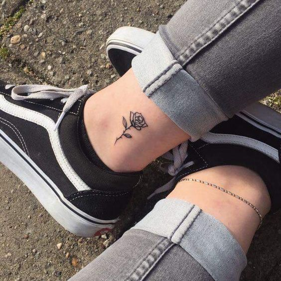 tatuagem canela feminina flor