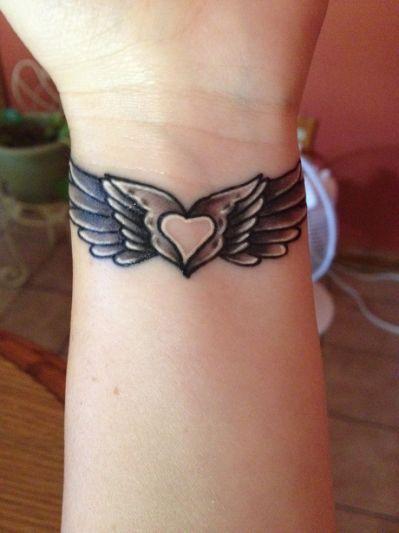 tatuagem coracao asas pulso