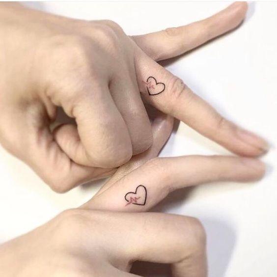 tatuagem coracao dedo casal