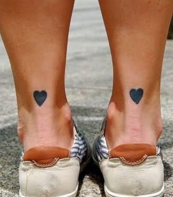 tatuagem coracao delicada pes
