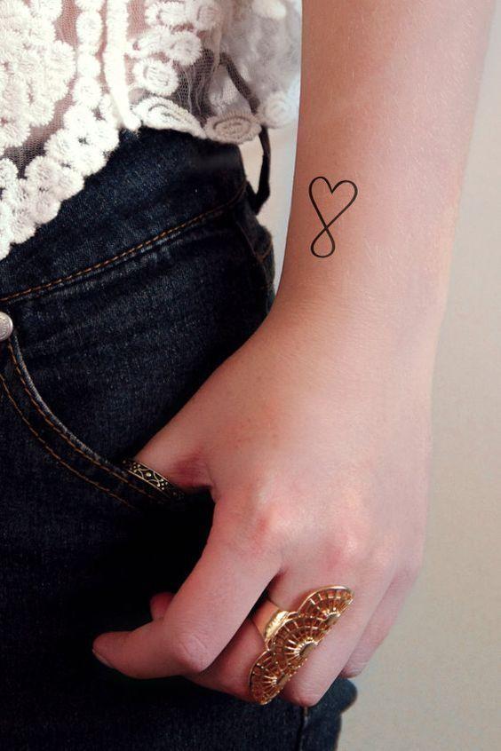 tatuagem coracao pulso infinito