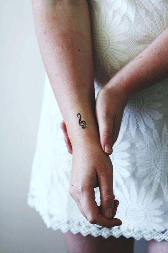 tatuagem feminina minimalista musica