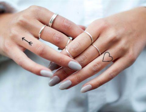 tatuagem feminina pequena coracao