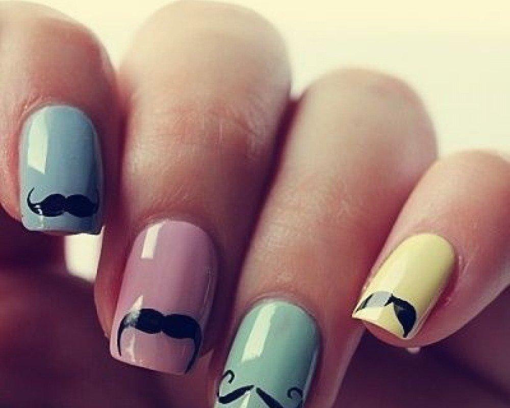unhas coloridas com bigodinho