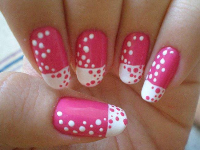 unhas com bolinhas em rosa