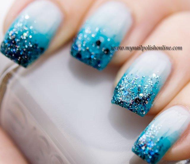 unhas em azul com glitter